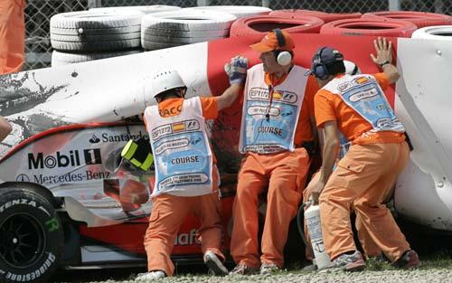 工作人员解救迈凯轮战车