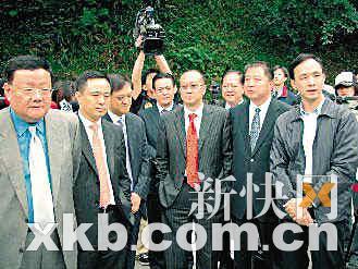 ■桃园县长朱立伦(右一)亲自接待,并带领富豪团到后慈湖参观。