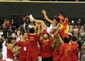 图文:联合会杯中国不敌西班牙 维维斯被抛上天