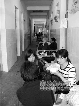 阜阳市唯一的传染病医院——阜阳市第二人民医院,已经住满了患儿,连走廊、急救中心的大堂都安排了临时的床位,更多新增的患儿都被安排到阜阳市人民医院救治。本报记者鲍小东摄