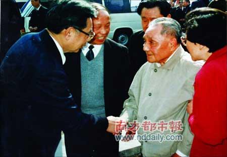 1992年,时任广东省省长的朱森林(左一)和南巡的邓小平会面。
