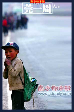 四川凉山昭觉县竹核乡,孩子正赶路上学。在贫困的压迫下,一些父母在孩子不情愿的情况下也将他们送到工头手里,希望换来的钱可以给家庭带来一点帮助。