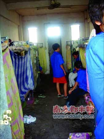 没有铺棉絮的床成了童工们眼中最温暖、舒服的地方。