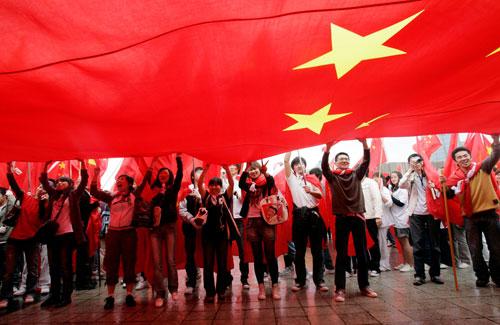 在韩华人展示巨大国旗