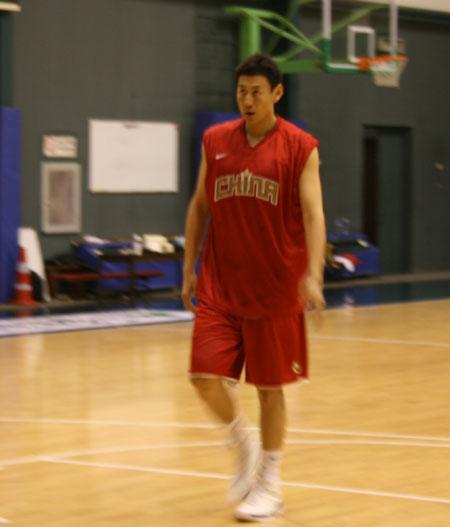 图文:男篮训练  李楠热身
