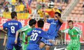 图文:[中超]陕西2-1北京 头球争顶
