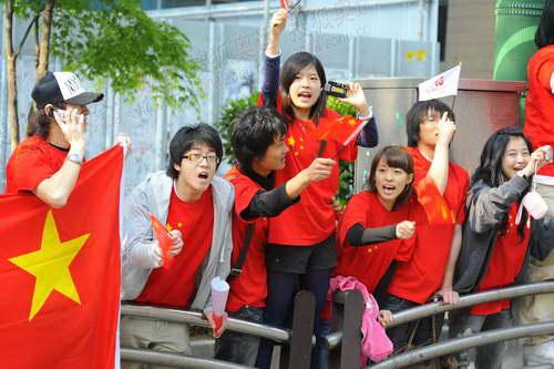 为奥运圣火欢呼的华人留学生