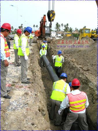施工人员正在铺设管道。