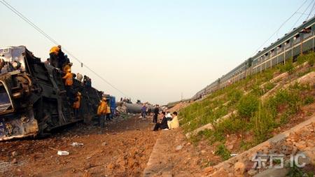 列车车厢被撞翻
