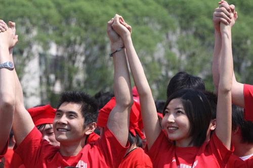 图文:奥运会倒计时100天活动 邢傲伟手握李佳