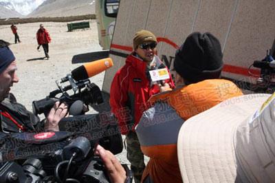 看左边的这位,他拍的是官网的记者正在采访的画面