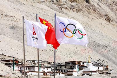 绒布寺新闻中心飘扬的旗帜