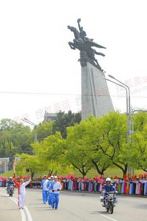 图文:奥运火炬平壤传递 千里马像前