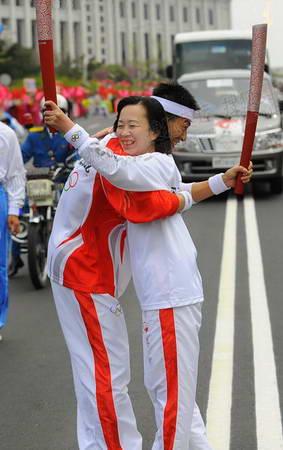 图文:奥运火炬平壤传递 火炬手拥抱