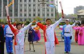 图文:奥运火炬平壤传递 火炬手传递67
