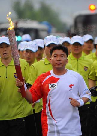 图文:奥运火炬首尔传递 火炬手传递64