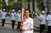 图文:奥运火炬首尔传递 美女火炬手
