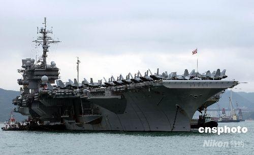 """美国航空母舰""""小鹰号""""二十八日抵香港,将逗留五天。随同""""小鹰号""""来港的包括至少四艘军舰及七千名士兵及工作人员。今次是""""小鹰号""""退役前最后一次访港。 中新社发 洪少葵 摄"""