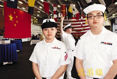 """朱莹(左)和林旻是""""小鹰""""号少有的华裔船员,朱莹表示很高兴有机会在港看到传圣火盛况。 文汇报图 彭子文 摄"""