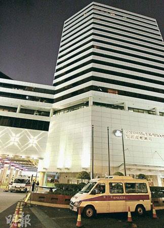 """图:圣火即将""""入住""""香港九龙万丽酒店,28日晚临近凌晨时分,有两部警车泊在酒店附近。(图片来源:明报)"""