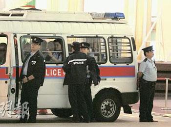 28日晚停泊在九龙万丽酒店门外的警车,先后有超过10名警员下车展开巡逻工作。(图片来源:明报)