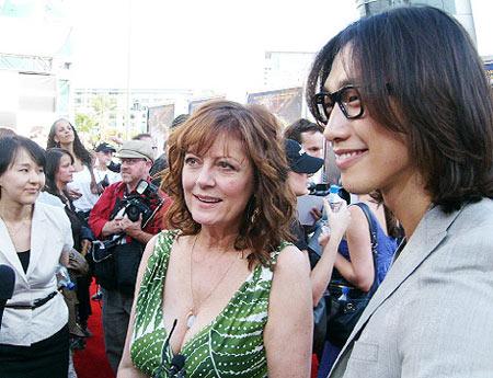 Rain和美国著名演员苏珊-萨兰登出席电影《急速赛车手》好莱坞首映式。