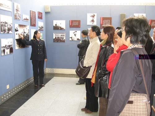 游客正在耐心听讲解