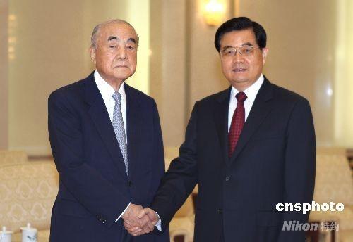4月29日上午,中国国家主席胡锦涛在北京人民大会堂会见年近九旬的日本前首相中曾根康弘。 中新社发 任晨鸣 摄