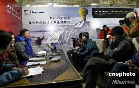 """4月28日晚,在新启用的珠峰大本营绒布新闻中心,该中心负责人向中外媒体介绍这个海拔5000多米的""""世界最高""""新闻中心的建设、运作情况,以及近期中外媒体的采访内容。中新社发 盛佳鹏 摄"""