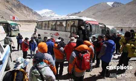 """绒布新闻中心建在海拔5000多米的喜玛拉雅山,是""""世界最高""""的新闻中心。 中新社发 盛佳鹏 摄"""