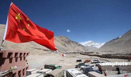 图为中国国旗飘扬在珠峰大本营绒布新闻中心。 中新社发 盛佳鹏 摄