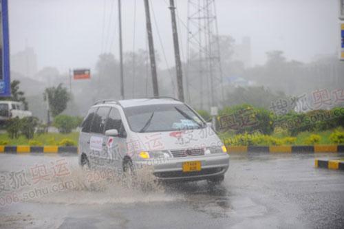 暴雨中的指挥车