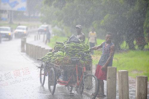 暴雨中的非洲兄弟(李东雷摄)