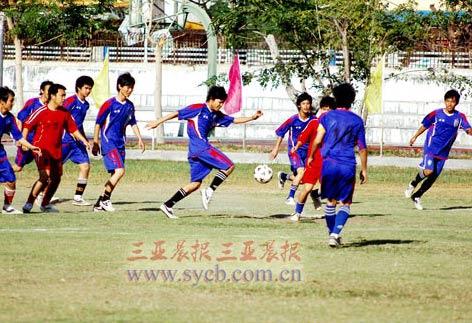 市政府代表队与田独镇代表队进行足球比赛。