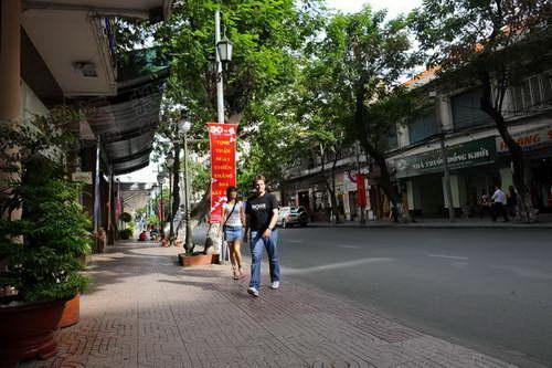 闹市区的街道已经开始空了