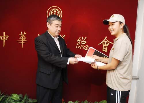 彭帅前往中华慈善总会,递送UPS发出的一份捐款确认函