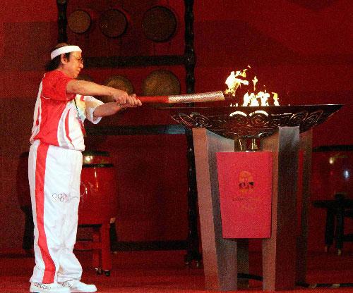 4月29日,奥运火炬手、越南奥委会主席阮名泰在城市庆典上点燃圣火盆。当日,北京奥运圣火传递活动在越南胡志明市举行。  新华社记者周磊摄