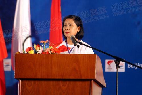 胡志明市人民委员会副主席、火炬接力组委会主任、第一棒火炬手阮氏秋霞在起跑仪式上致词