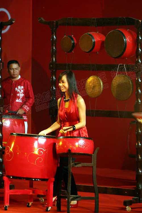 漂亮的女鼓手现场演奏