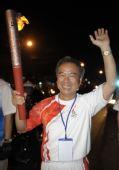 图文:胡志明市圣火传递 火炬手手持火炬传递