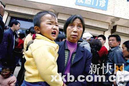 ■阜阳市第二人民医院门口挤满了来看病的家长和小孩。新快报记者 夏世焱/摄