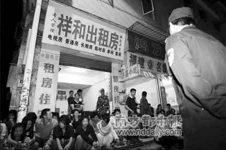 """前晚9时许,东莞石排警方夜查出租屋寻找""""凉山童工""""。本报记者方光明摄"""