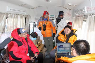"""朱光先生来到搜狐的卫星直播车中体验了一下""""搜狐网吧"""""""