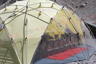 很多重要的决定都在这个帐蓬中做出来的,这是登山指挥中心