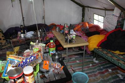 一个帐蓬里住了五个人,有点挤,有点零乱哦