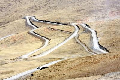 蜿蜒而上的盘山公路上不时有车队经过