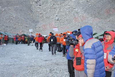 在珠峰大本营,得到消息的人们都在热切地期望火种灯的到来