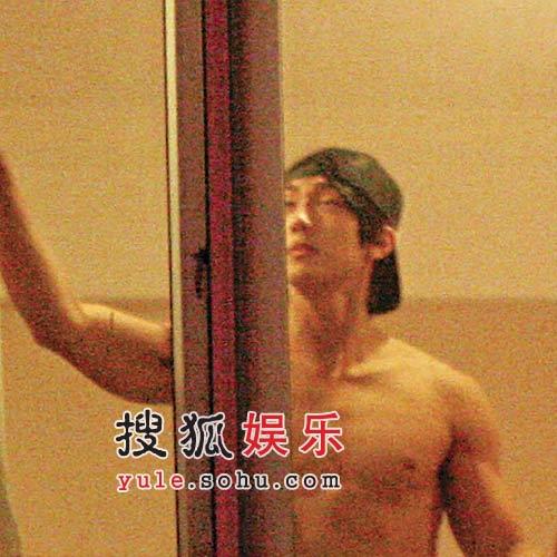 吴尊上海拍《武侠梁祝》,虽然从早拍到晚,但到半夜亦不忘到酒店健身房房练习胸肌。