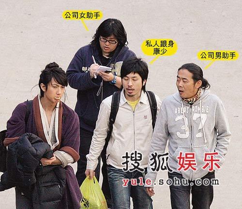 """吴尊总共有三个助手,但康少是他自己花钱""""包""""下的"""