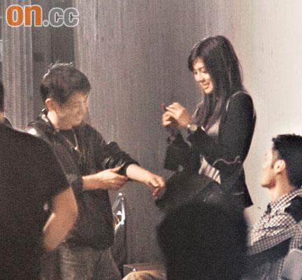拍MV期间,王思平不停拍照及与其他工作人员寒暄